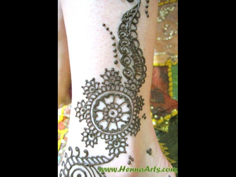 Wheel and flower pattern henna on foot